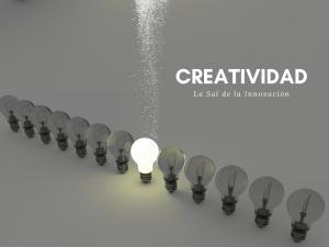 Bombillas apagadas y una encendida con sal para mostrar creatividad e innovación