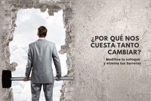 Hombre con martillo para eliminar las barreras al cambio